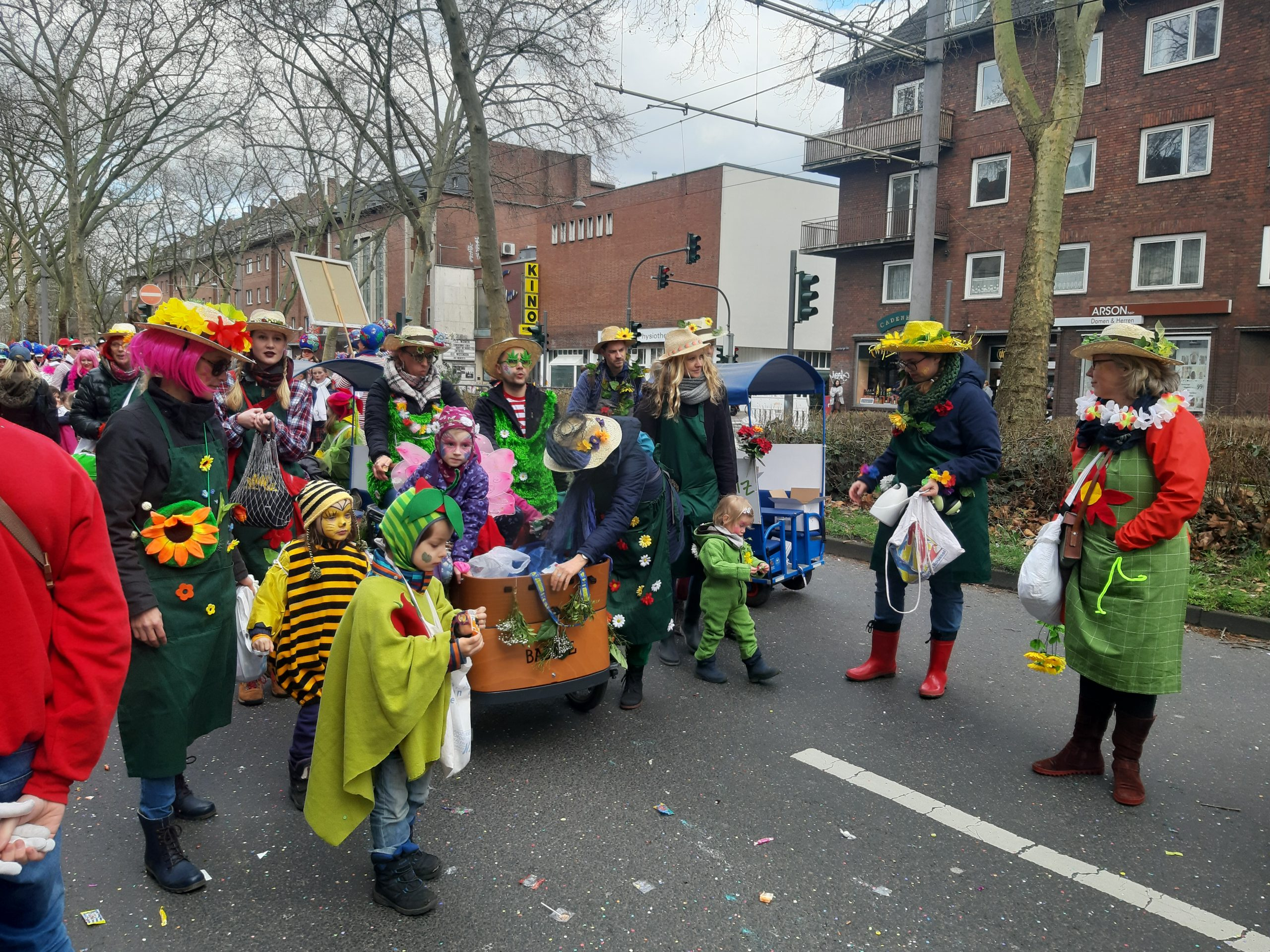 Karneval in Köln: Kinder werfen beim Veedelszug in Sülz Kamelle. Foto: SR