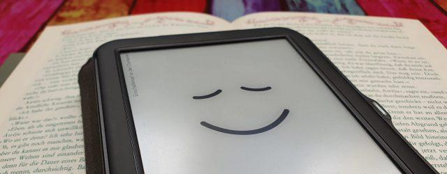 Ein E-Book-Reader liegt auf einem gedruckten Buch. Foto: SW
