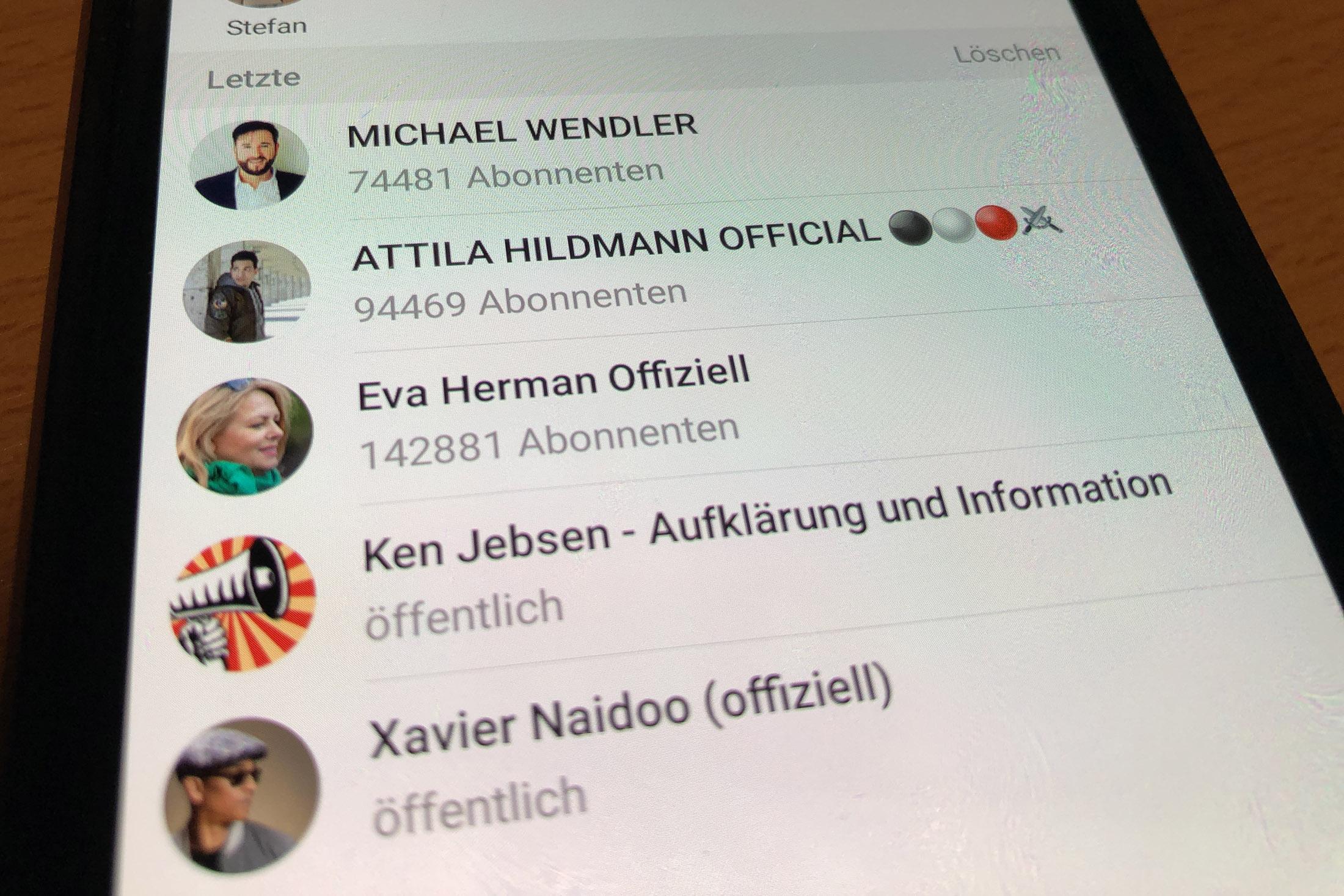 Auf einem Smartphone werden unter anderem die Telegram-Kanäle von Eva Herman, Michael Wendler und Attila Hildmann angezeigt. Foto: SR
